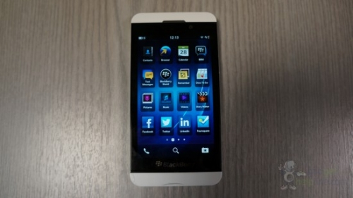 http://s.4pda.ru/wp-content/uploads/2013/01/blackberry-z10-white-2.jpg